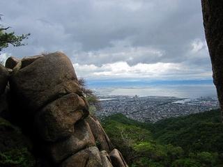 s-�K巨岩の間から芦屋を見下ろす.jpg