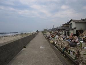 s-堤防を乗り越えた津波が住宅へ.jpg