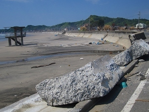 s-防潮堤も破壊された.jpg